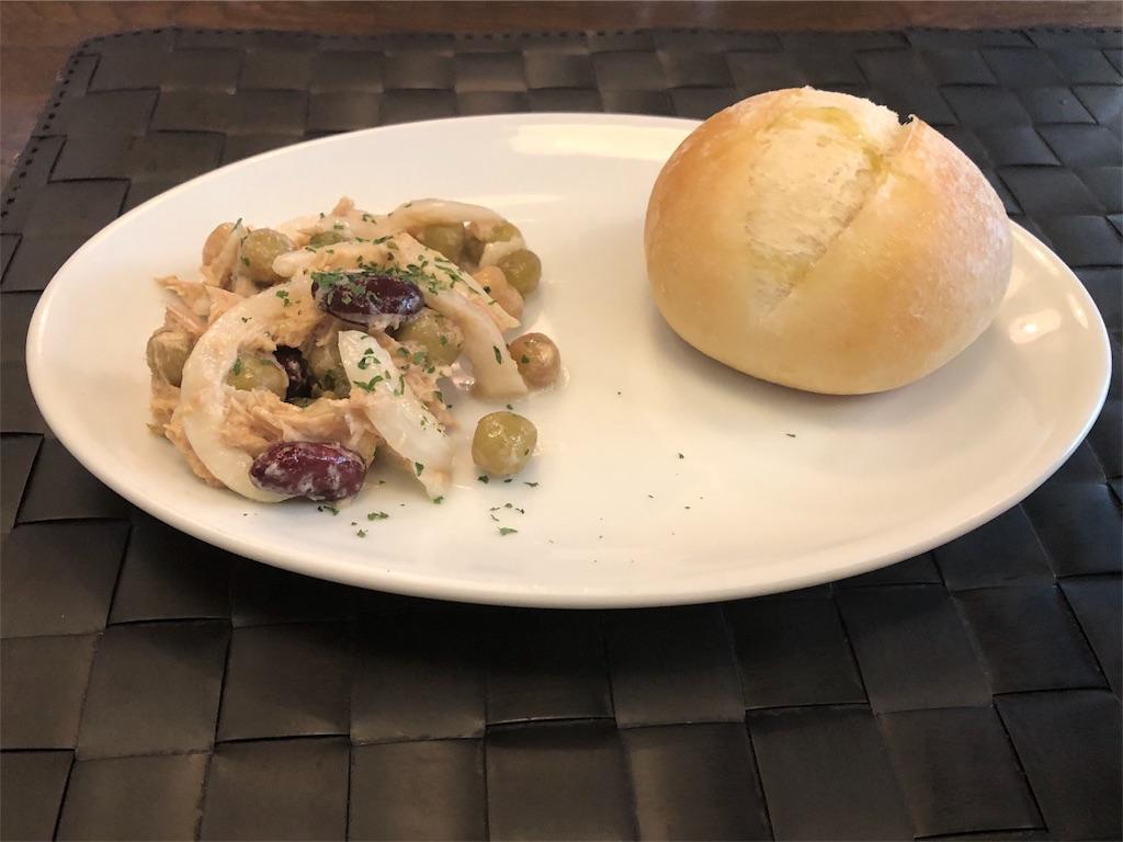 「パスターヴォラ」の前菜のデリとパン