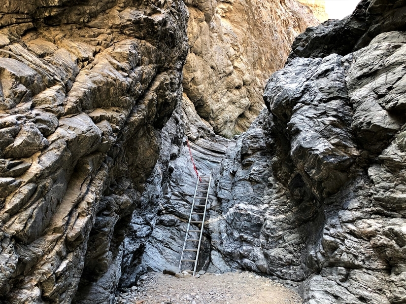 カリフォルニア メッカ ペインテッドキャニオン 断崖 トレッキング ハシゴ
