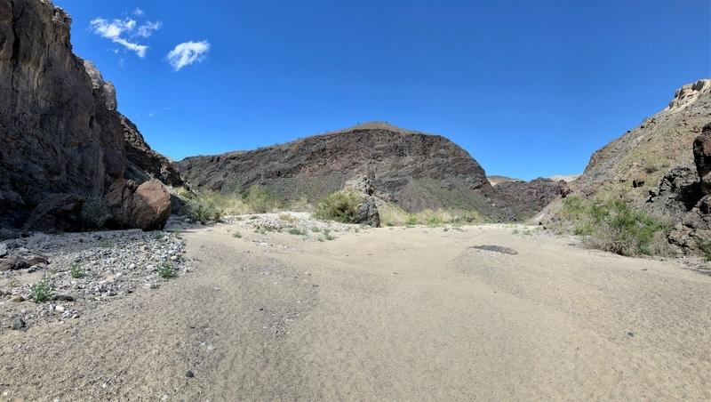 カリフォルニア メッカ ペインテッドキャニオン 断崖 トレッキング アウトドア