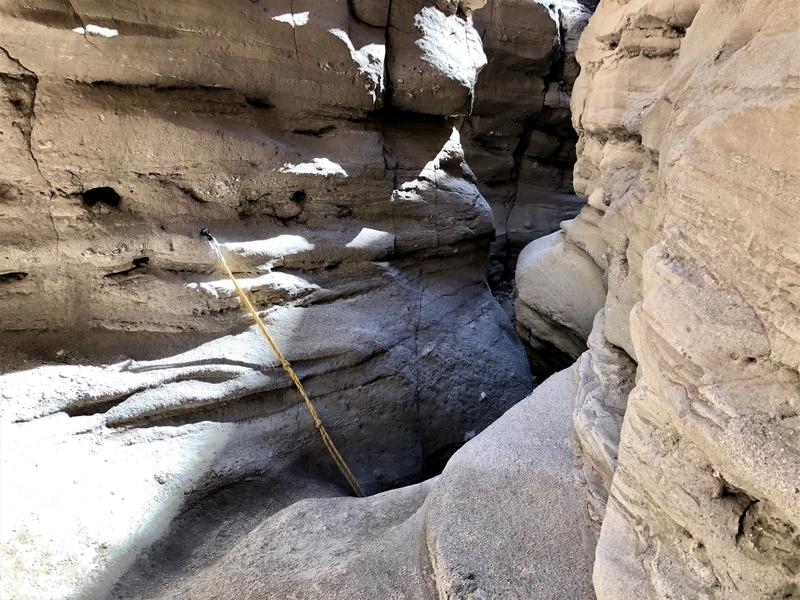 カリフォルニア メッカ ペインテッドキャニオン 断崖 トレッキング ロープ 降りる