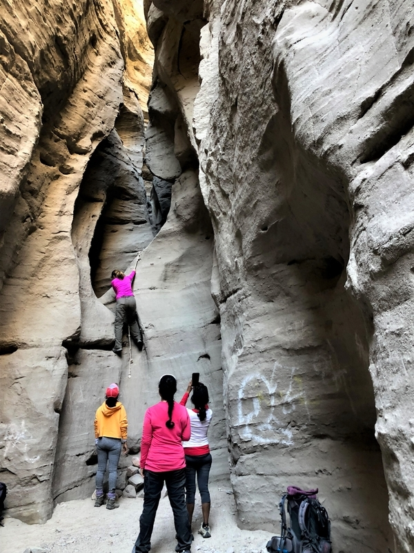 カリフォルニア メッカ ペインテッドキャニオン 断崖 トレッキング ロープ