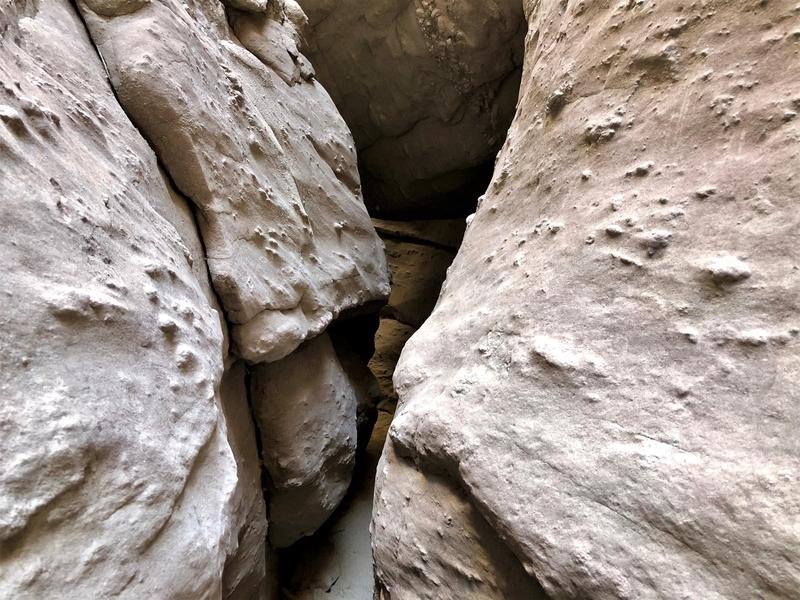 カリフォルニア メッカ ペインテッドキャニオン 断崖 トレッキング 狭い