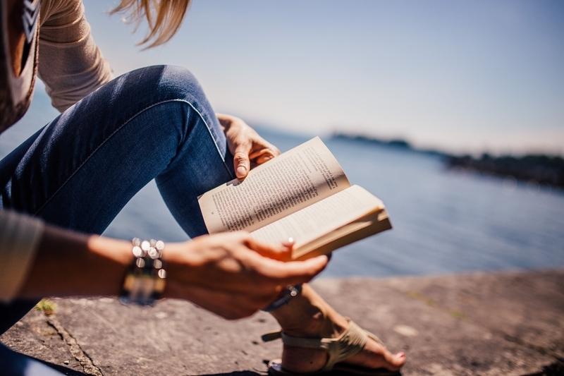 女性が本を読んでいる