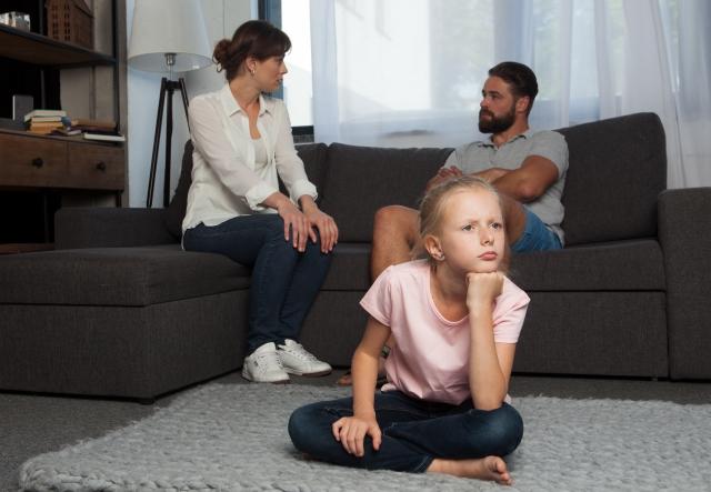 子供が怒っているのを家族が悩んでいる