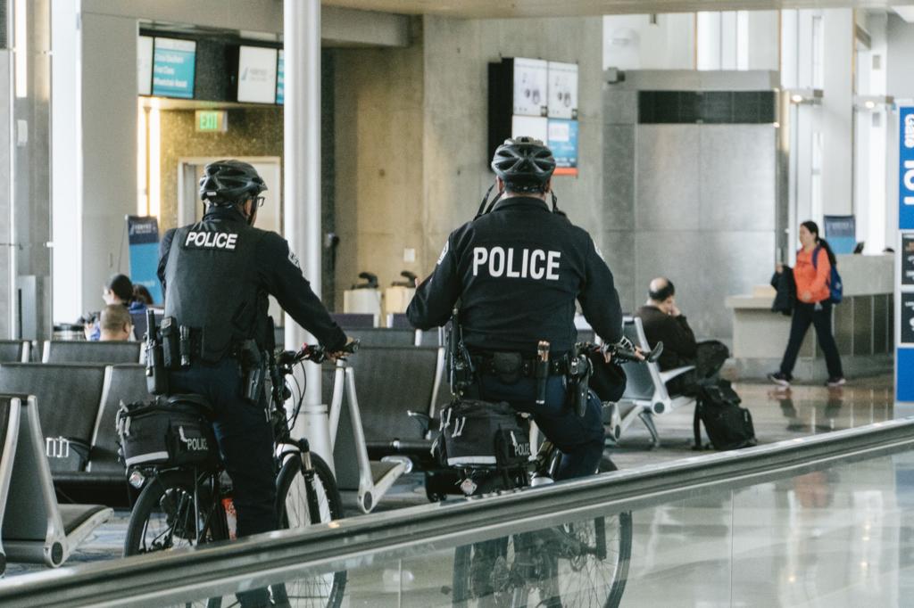 巡回中の警察官