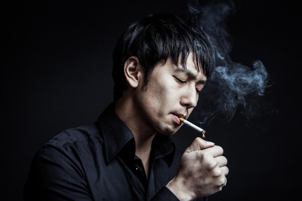 タバコを吸う男性が副流煙を出している