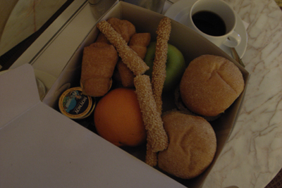 ギリシャ、早朝発のため、ホテルの弁当。二人前。ZATSU!