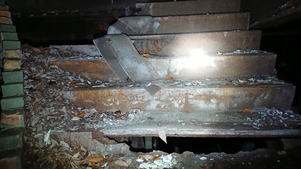 翁島ペンション 階段