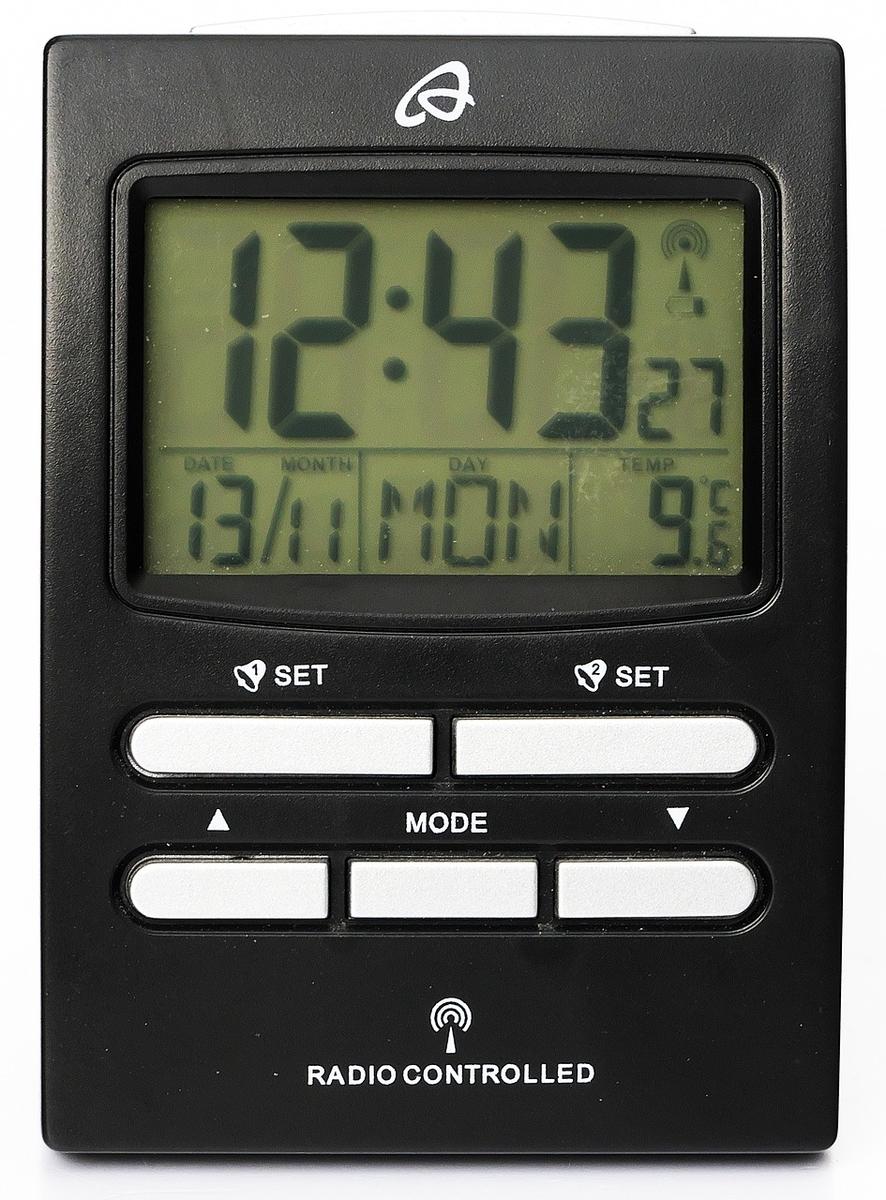 カレンダー機能付きデジタル時計などを一緒に写真に収める