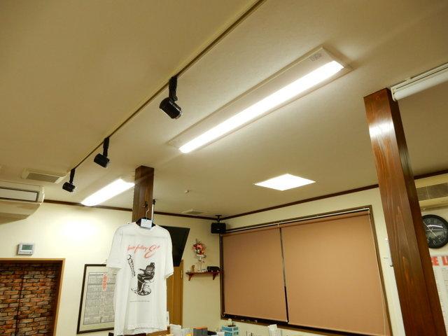 手前LED、奥蛍光灯