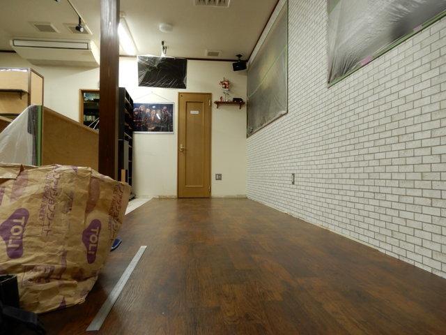 床が3分の1貼り終わりました