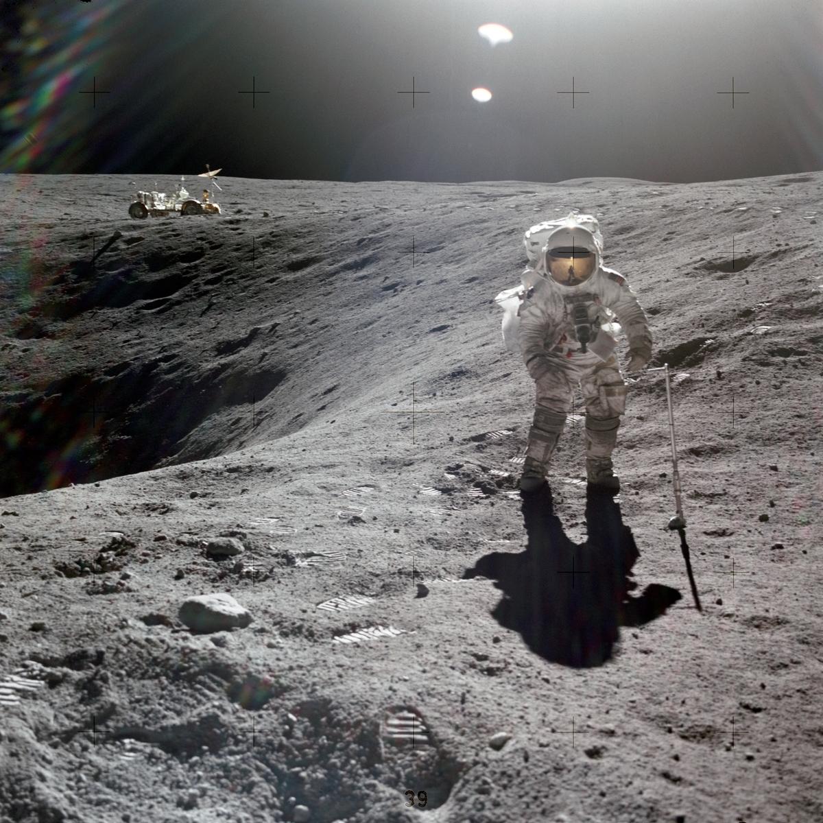 月面のクレーターの側に立つアポロ16号の宇宙飛行士