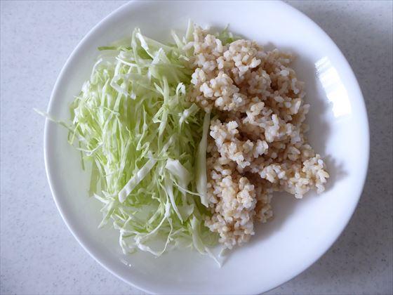 玄米と千切りキャベツ