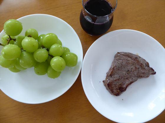 ステーキとシャインマスカットと赤ワイン