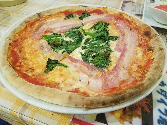 ほうれん草とベーコンのトマトソースピザ