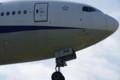 [飛行機]伊丹の滑走路の端から飛行機撮影