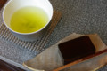 [うおがし銘茶]2階のお茶請けは亀廣永の「したたり」