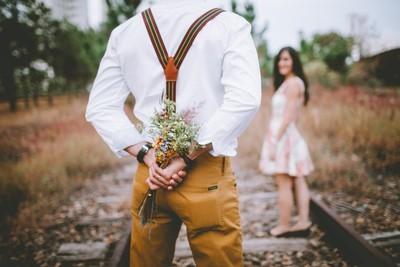 花束を渡す