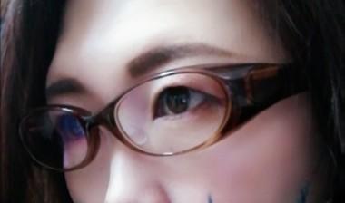 眼鏡をかけた目元