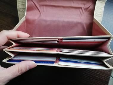 カードを入れた長財布