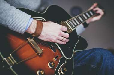 ギターを弾いている男性
