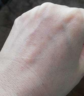 化粧水が浸透した手