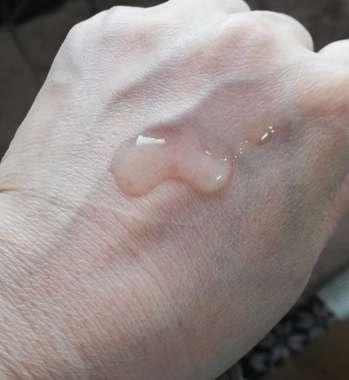 手の甲に出した化粧水
