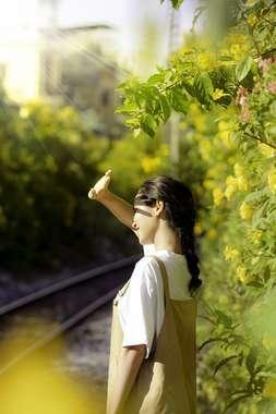日差しをよける女性