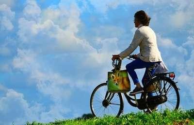 自転車で走っている