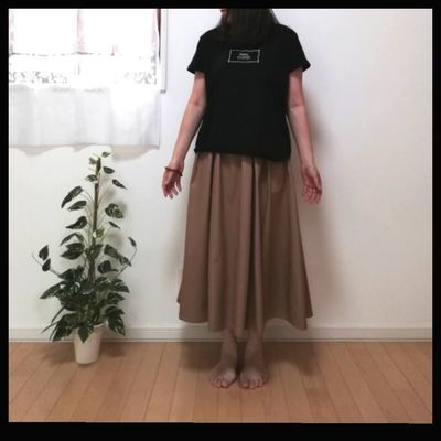 スカートとTシャツのコーディネイト