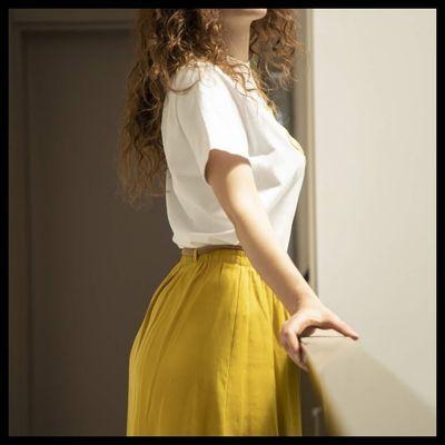 フレアスカートを穿いた女性
