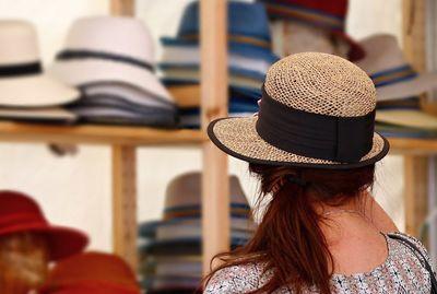 帽子を選ぶ女性
