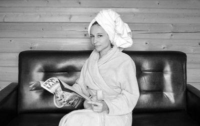 頭にタオルを巻いた女性