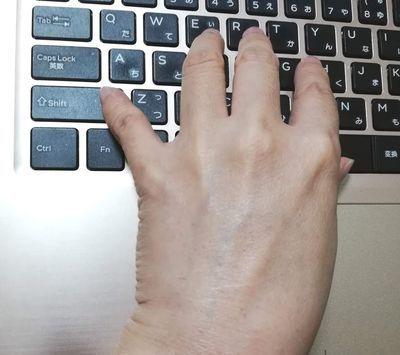 仕事でパソコンを打つ手