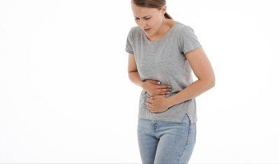 胃が痛む女性