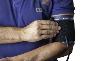 血圧を測る男性