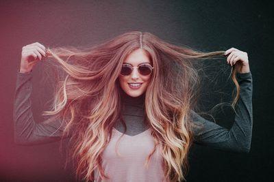 髪を広げた女性