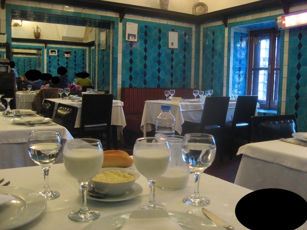 """""""イスタンブールの""""レストランで飲むアイラン"""