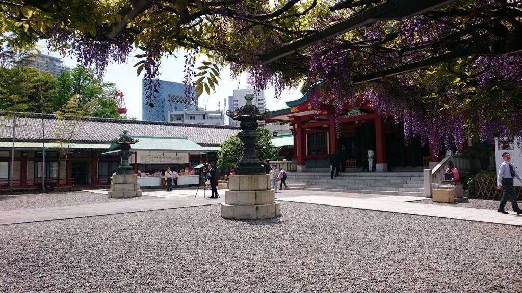 日枝神の藤と高層ビル