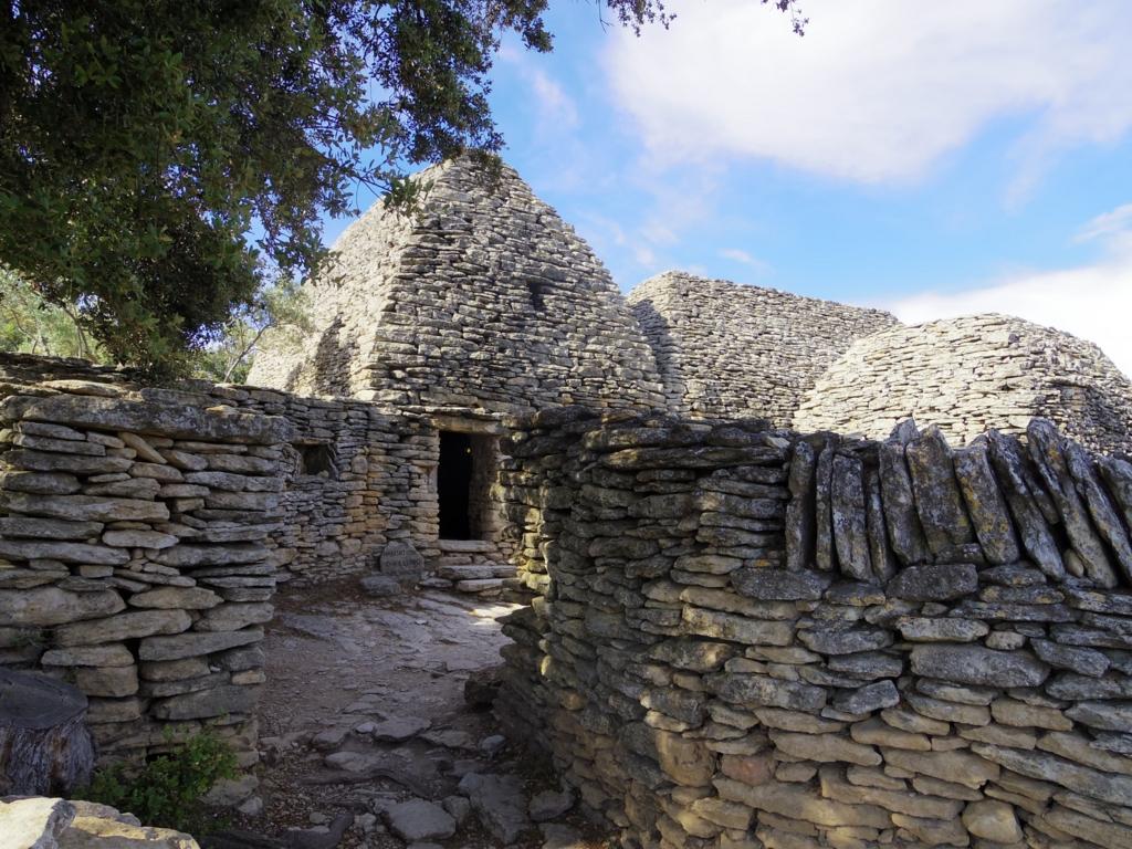 かつての生活をうかがわせる石造りの簡素な建物群
