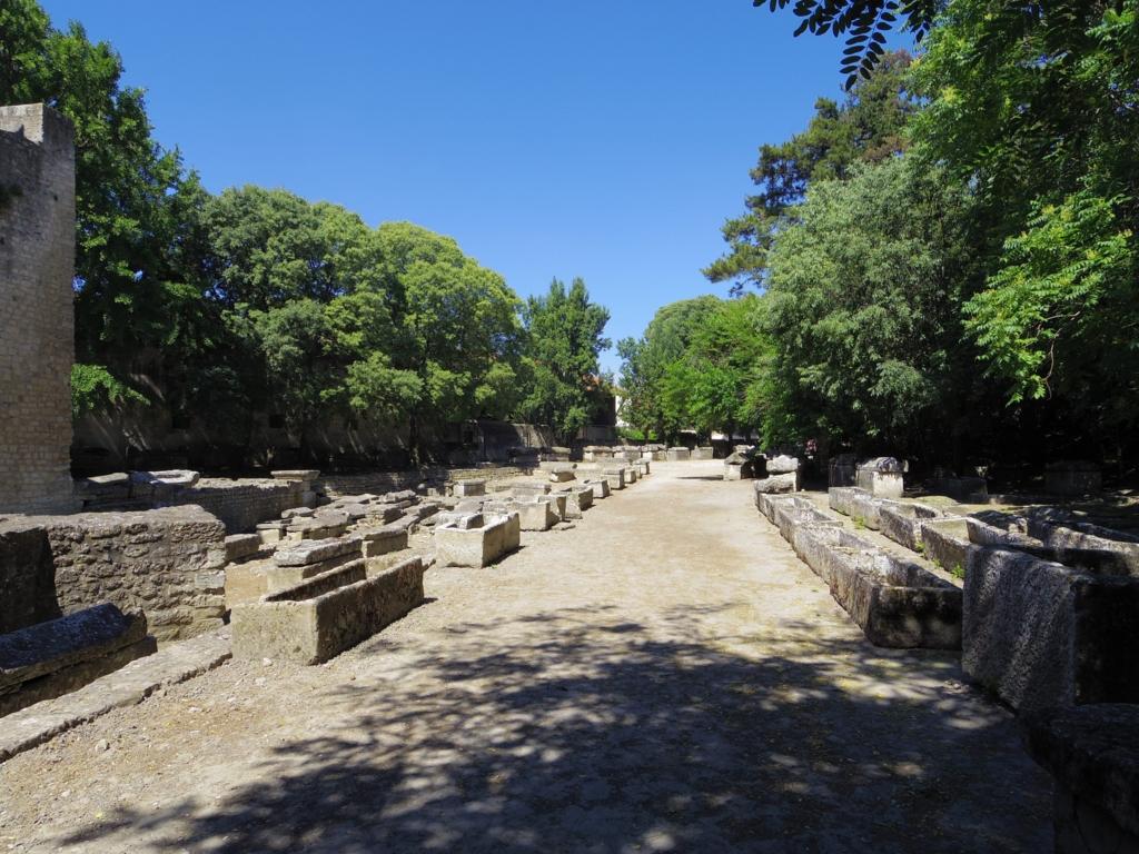 石製棺桶が並ぶ圧巻の墓地