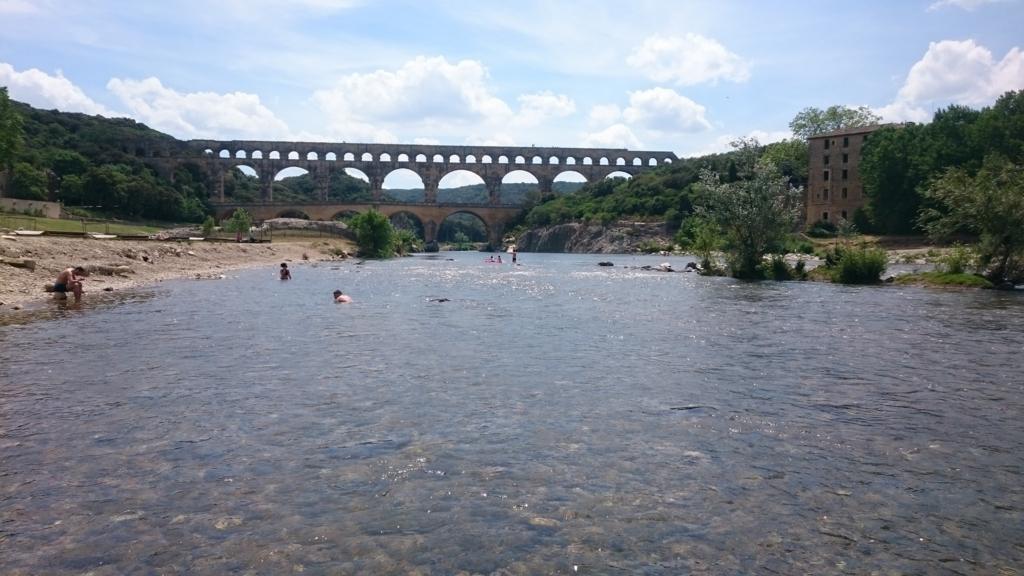 ローヌ川から見る水道橋