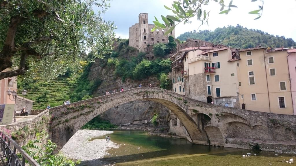 モネも題材としたお城と橋
