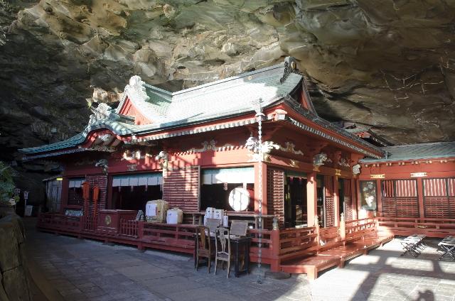 洞窟の中にある鵜戸神宮の本宮