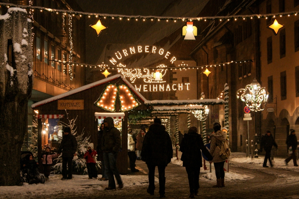雪の中開かれるクリスマスマーケット
