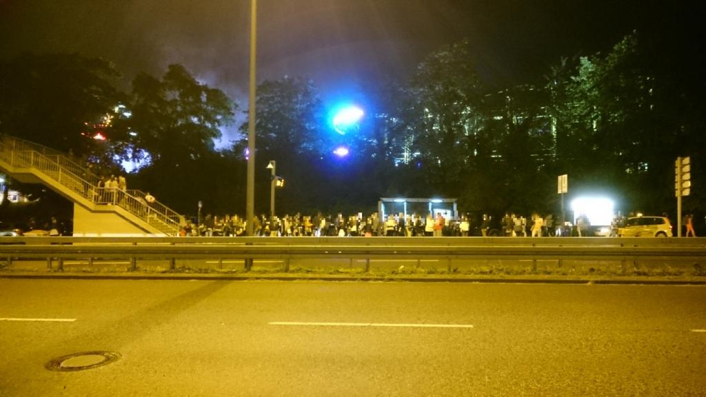 人であふれかえるバス停。日本の花火後の混乱と同じ光景