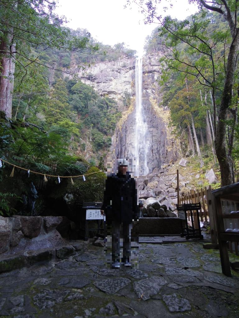 那智の滝を背景にもつ神社