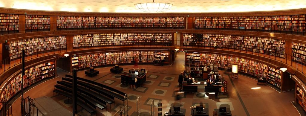 無数の本が並ぶ図書館