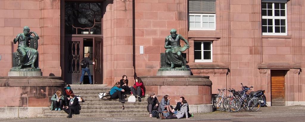 大学図書館前に座り込む学生たち