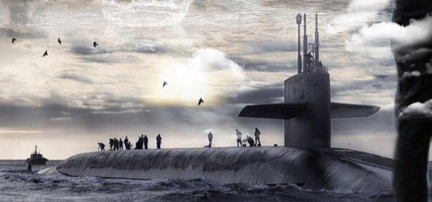 海面に浮上した潜水艦
